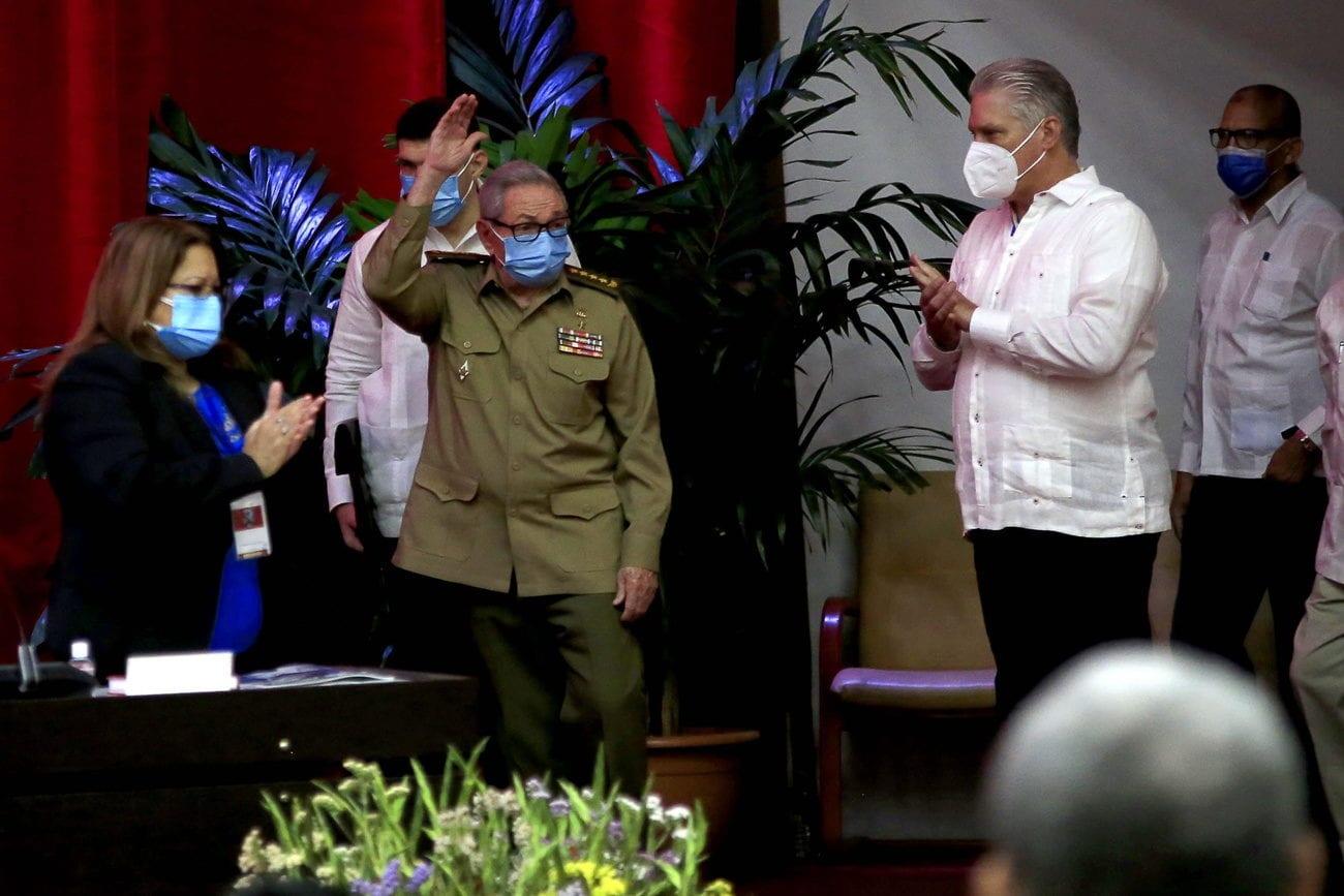 Le président cubain Miguel Diaz-Canel (à droite) a été élu lundi premier secrétaire du Parti communiste