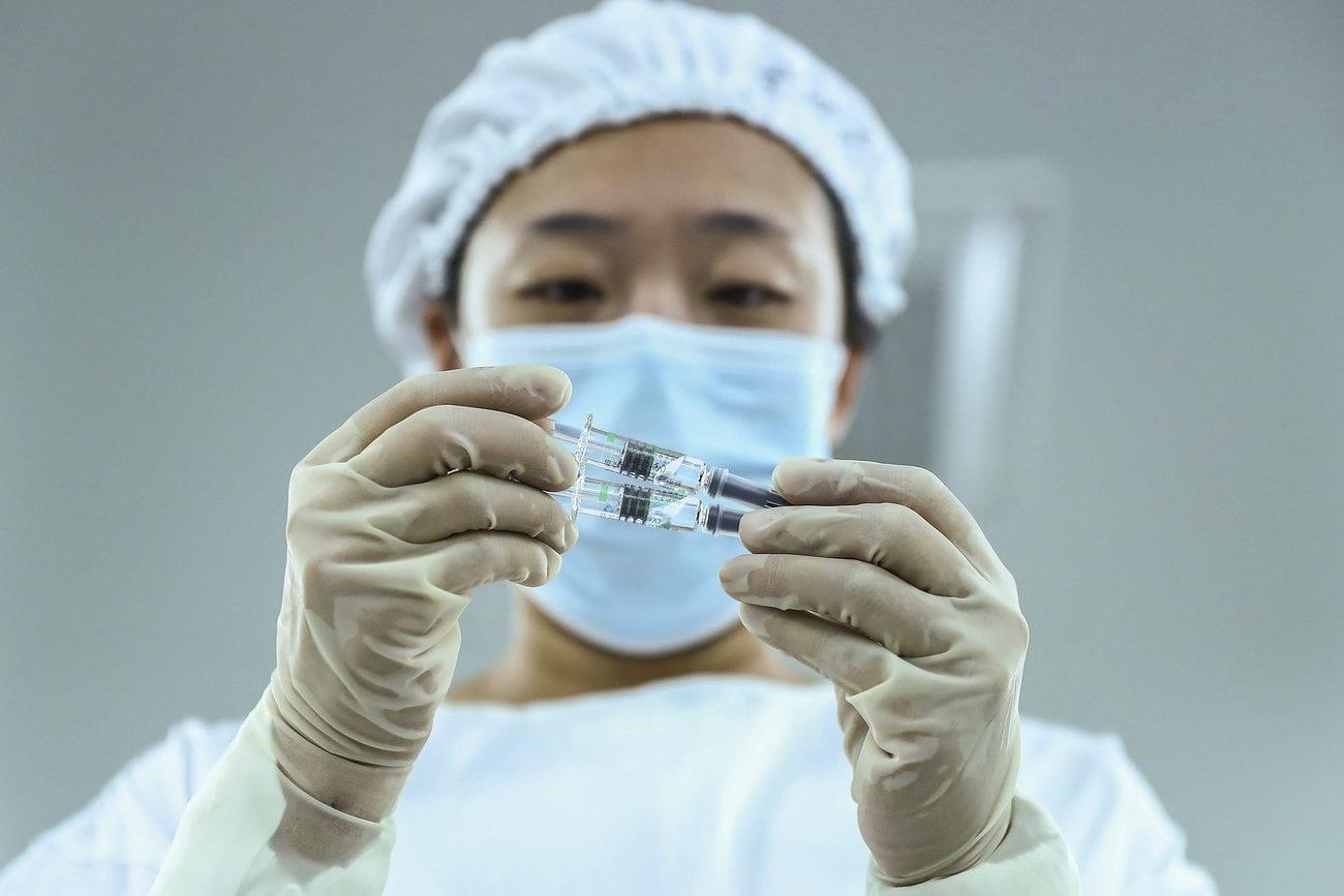 Un membre du personnel soignant tient dans ses mains des seringues contenant le vaccin anti-Covid du laboratoire Sinopharm