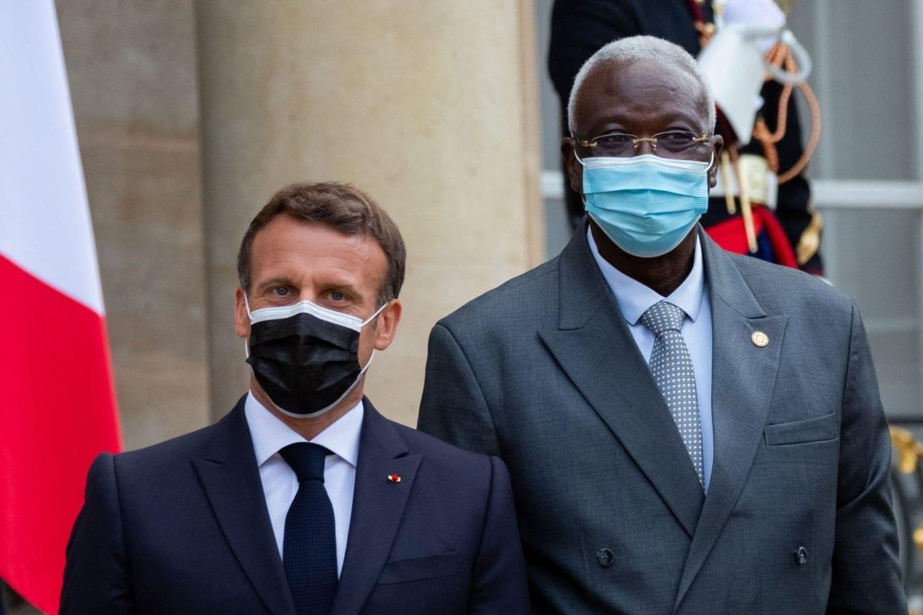 Le président française Emmanuel Macron et le président du Mali Bah N'Daw lors de l'accueil des chefs d'états participant au Somment sur le financement des économies africaines à Paris