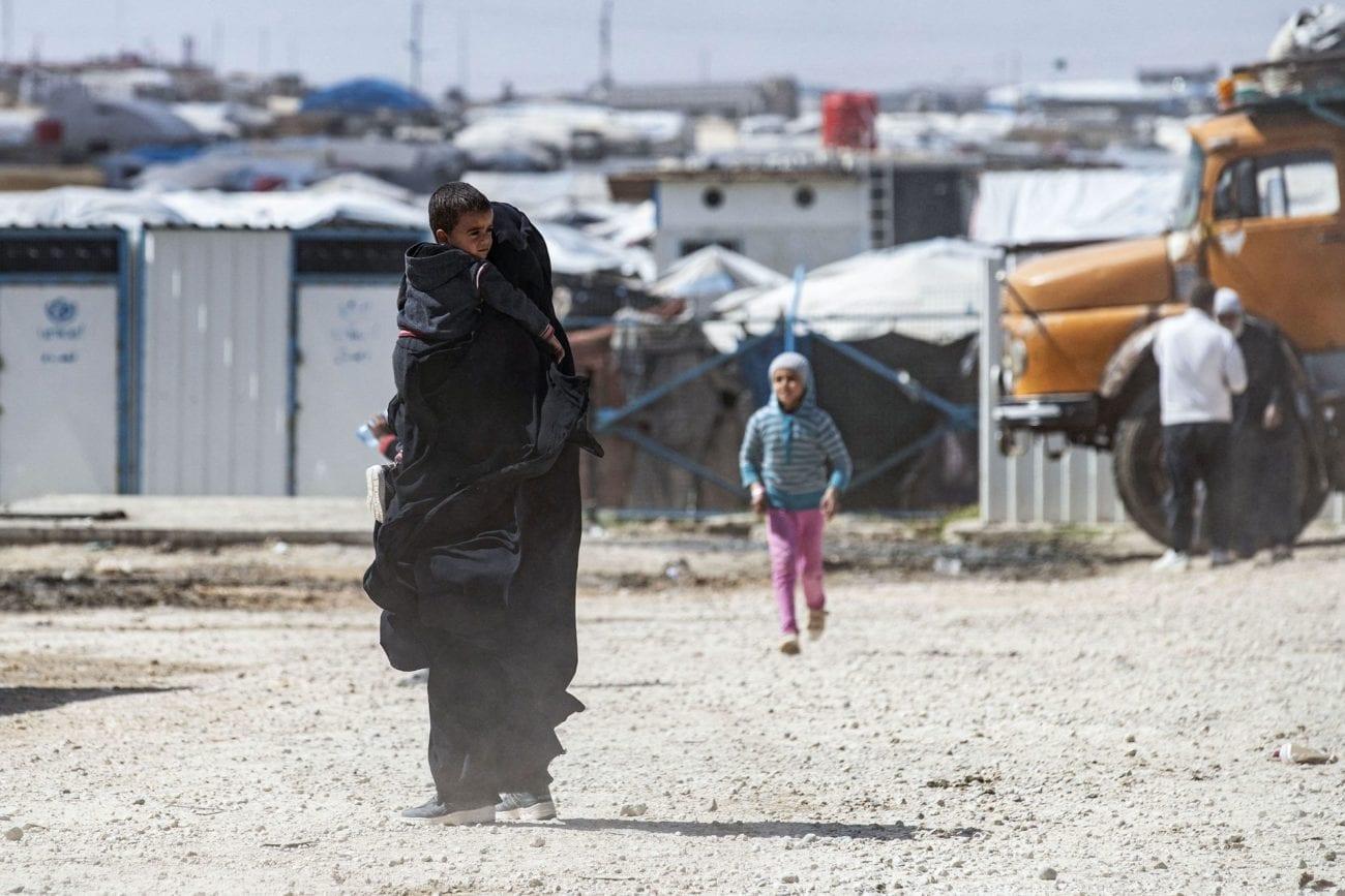 Une femme et deux enfants dans le camp Al-Hol au nord de la Syrie. [Delil Souleiman - AFP]