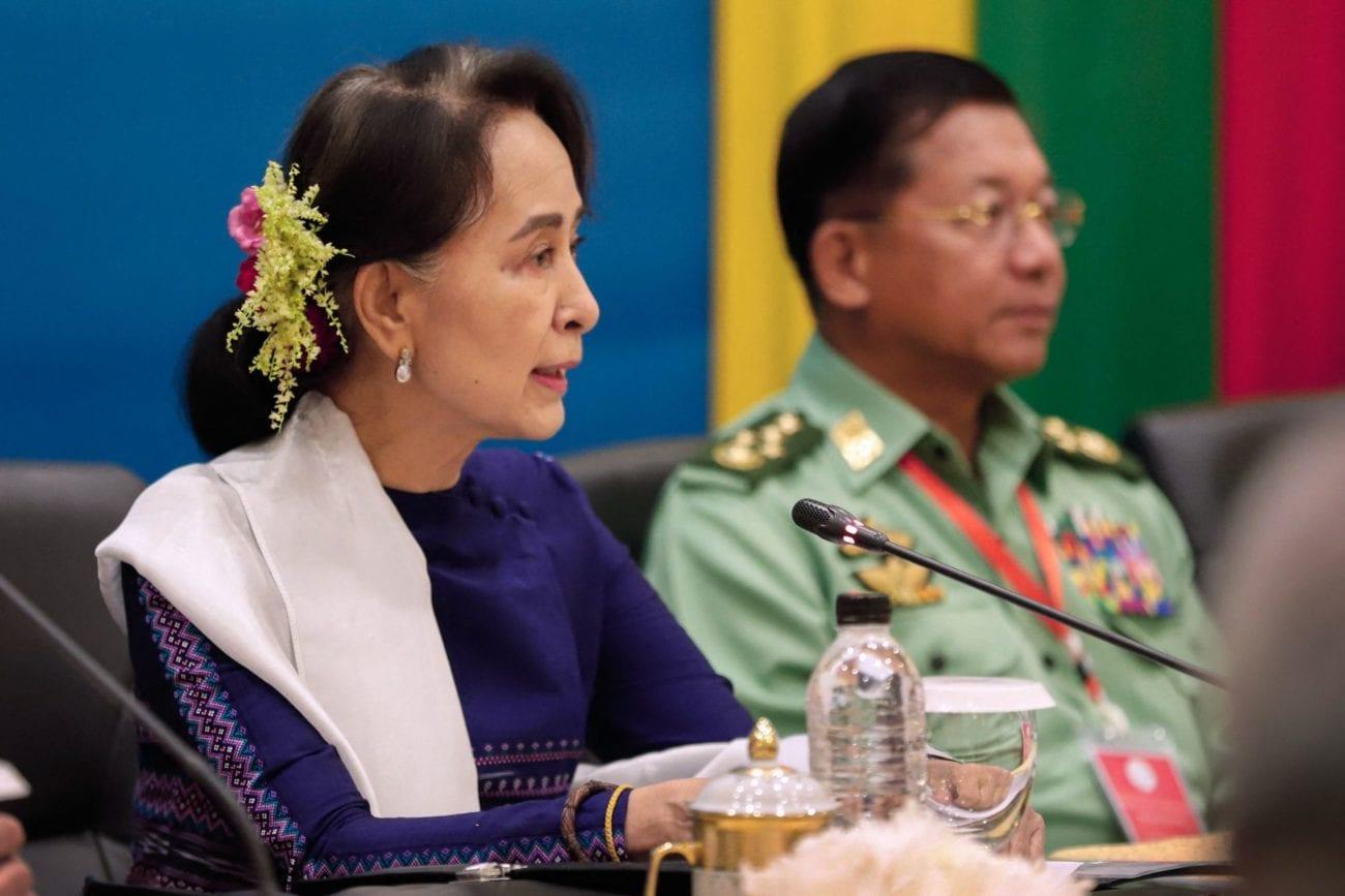Aung San Suu Kyi comparaît en personne devant le tribunal. [AFP]