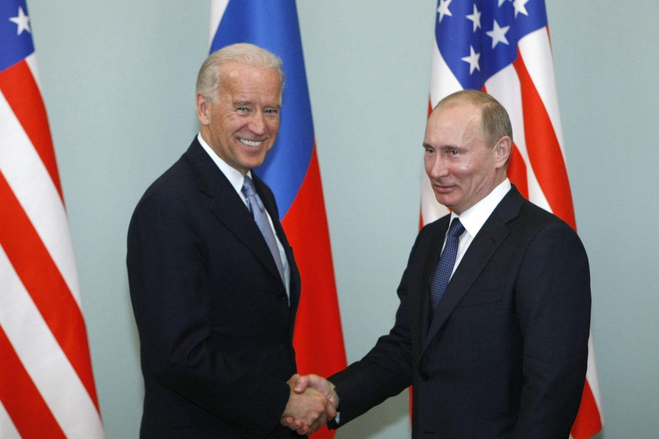 Joe Biden et Vladimir Poutine photographiés lors d'une rencontre en 2011. [Alexander Zemlianichenko - Keystone/AP]
