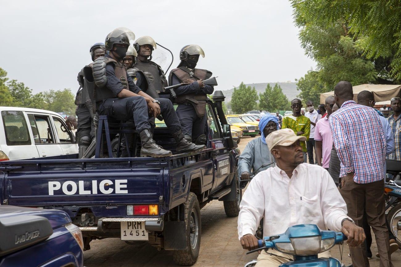 Des policiers maliens rassemblés devant la Bourse du Travail où des travailleurs font grève pour protester contre l'arrestation du président et du Premier ministre. [Keystone via AP]