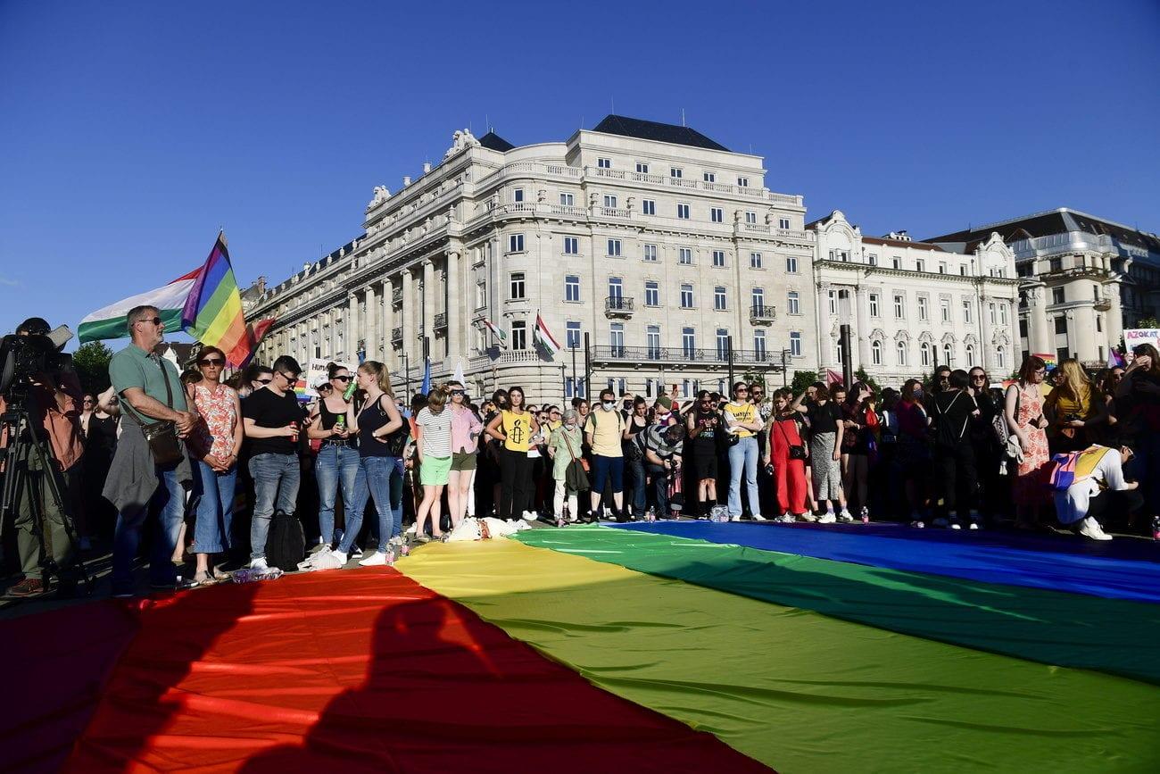 Une manifestation des sympathisants LGBT+ à Budapest face aux durcissements décidés par les autorités. [EPA/Szilard Koszticsak - Keystone]