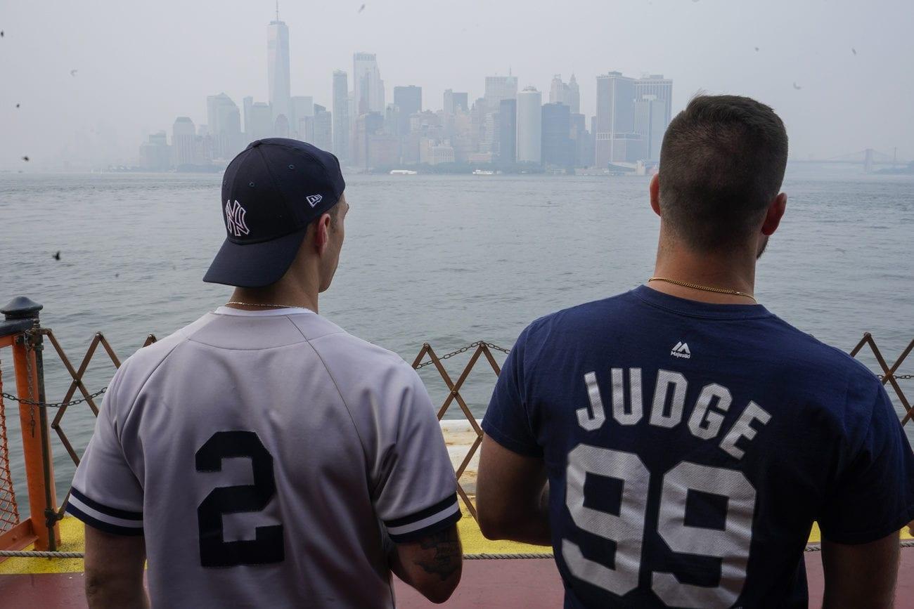 On peut distinguer dans le fond la fumée qui a envahi la ville de New York