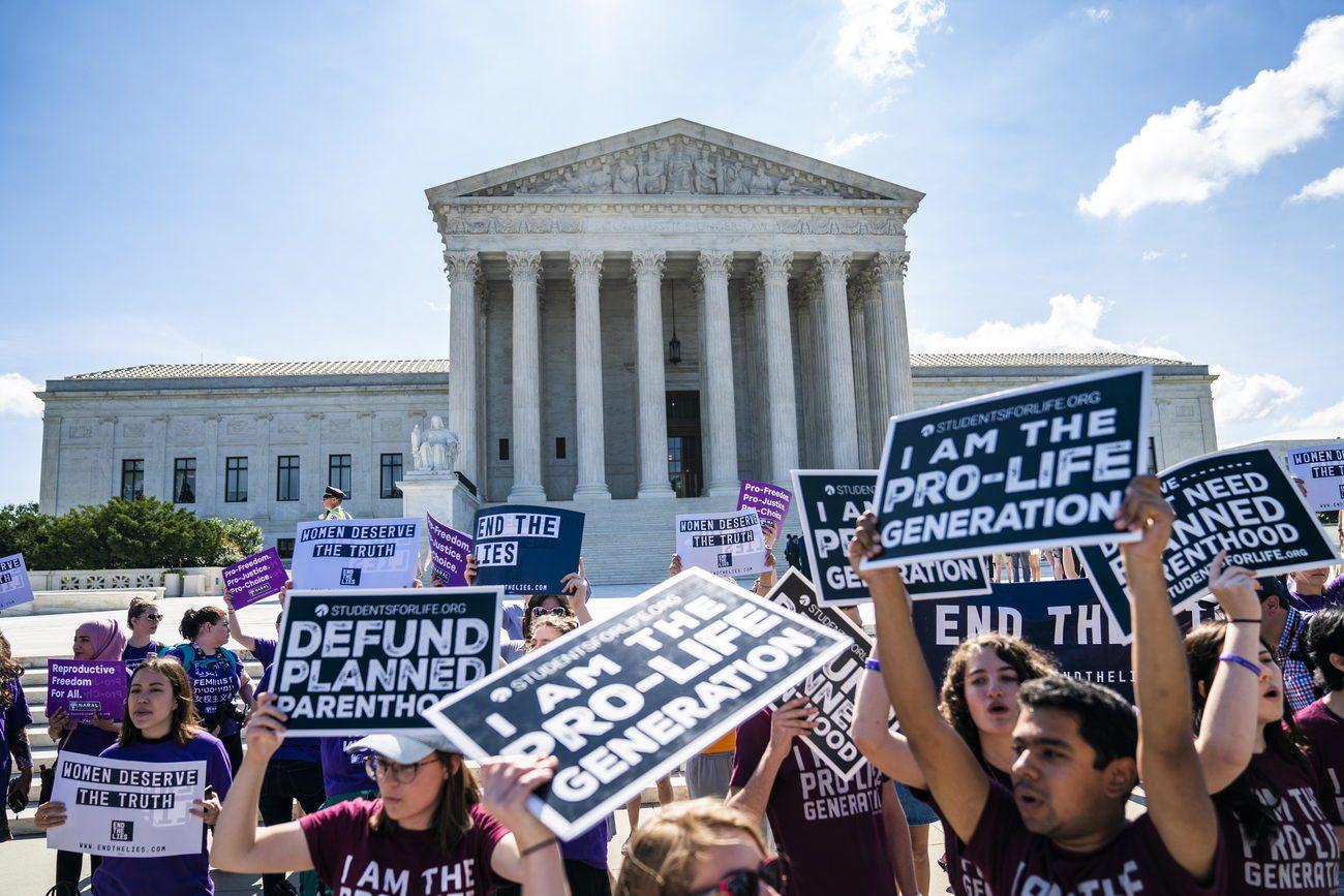 Manifestants pro et anti-avortement devant la Cour suprême à Washington