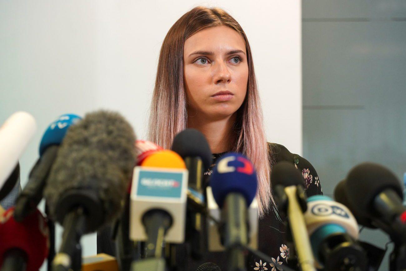 La sprinteuse biélorusse Krystsina Tsimanouskaya a tenu une conférence de presse lors de son arrivée à Varsovie. [Darek Golik - Reuters]