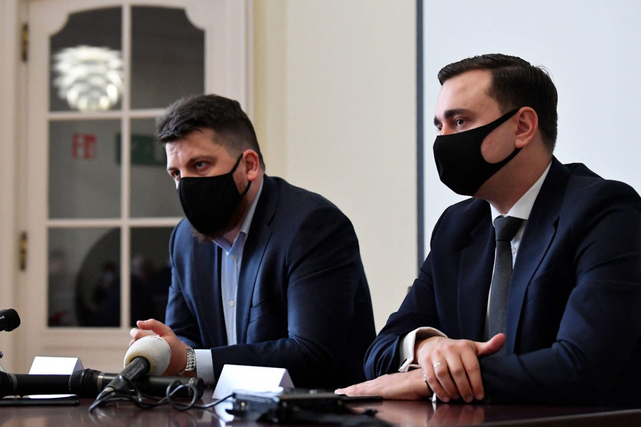 Léonid Volkov (gauche) et Ivan Jdanov à Bruxelles