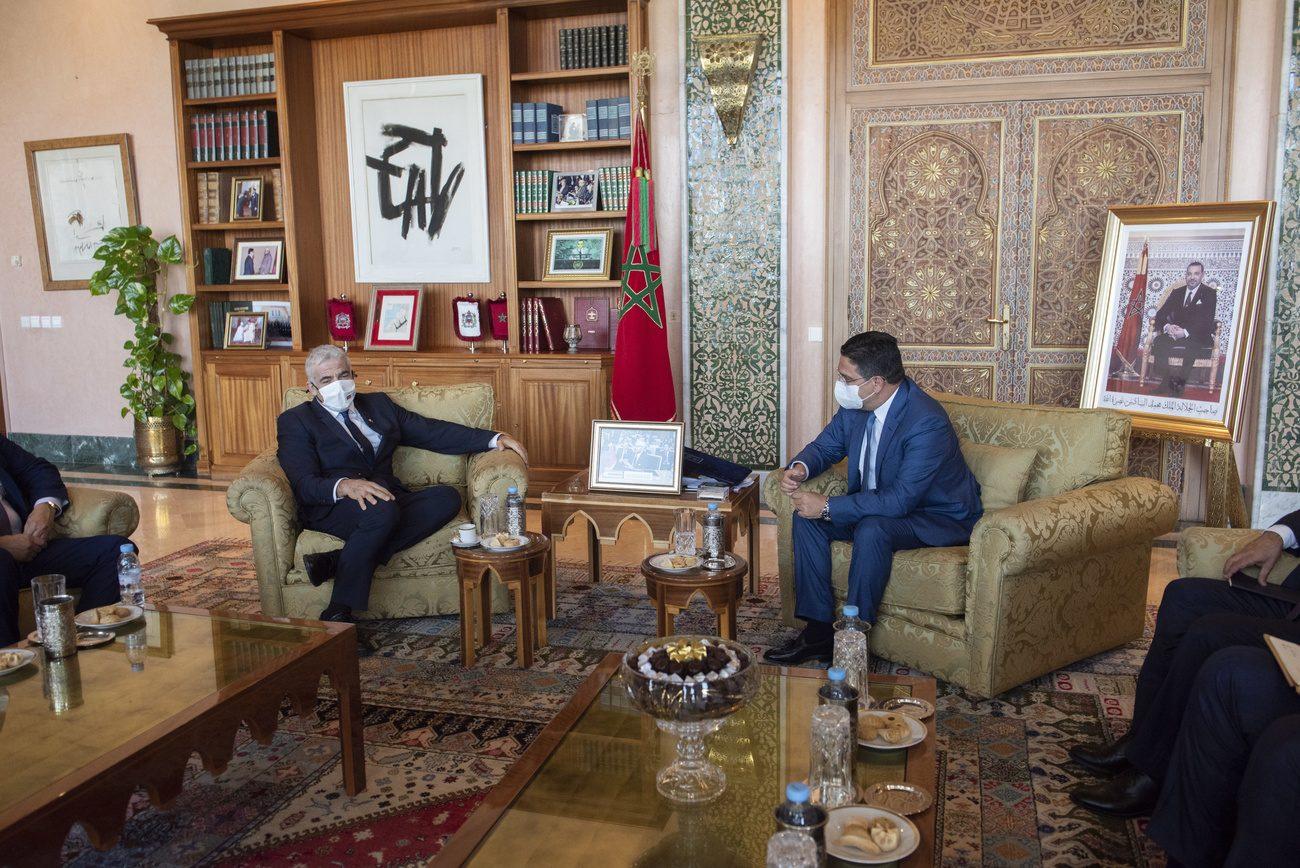 Le ministre des Affaires étrangères israélien Yair Lapid (à gauche) rencontre son homologue marocain