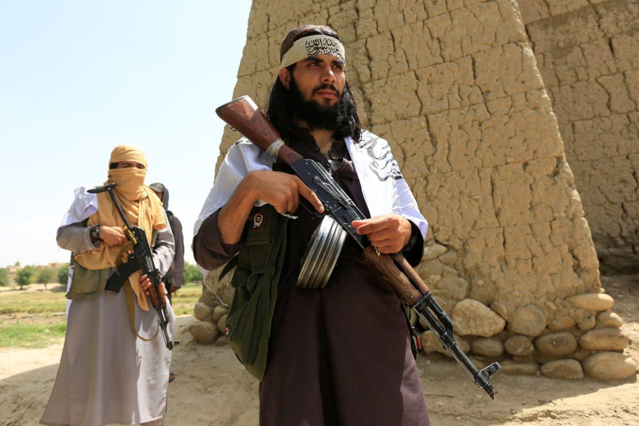Des talibans en patrouille dans le district de Nangarhar