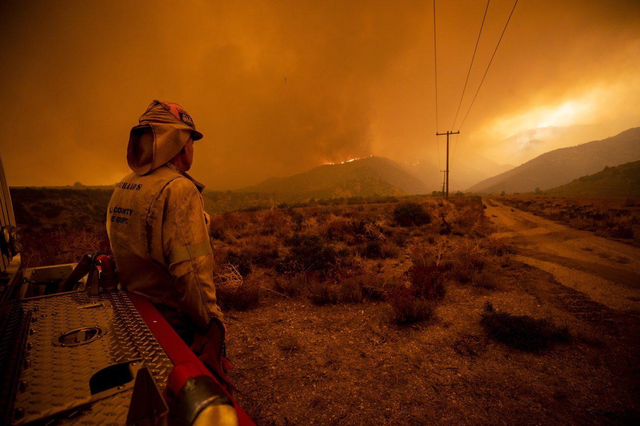 Un pompier observe les feux en Californie [EPA/ETIENNE LAURENT - KEYSTONE]