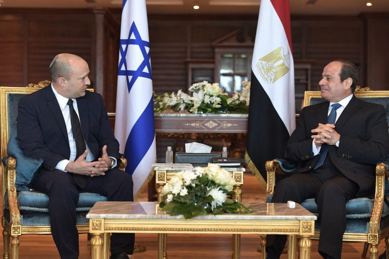 Le président égyptien Abdel Fattah al-Sissi a reçu lundi le nouveau Premier ministre israélien Naftali Bennett. [Israeli Government Press - AFP]