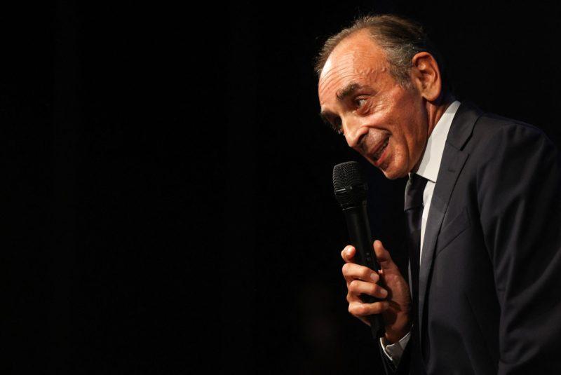Eric Zemmour entame en France une tournée de dédicaces aux allures de meeting politiques. [Valery Hache - AFP]