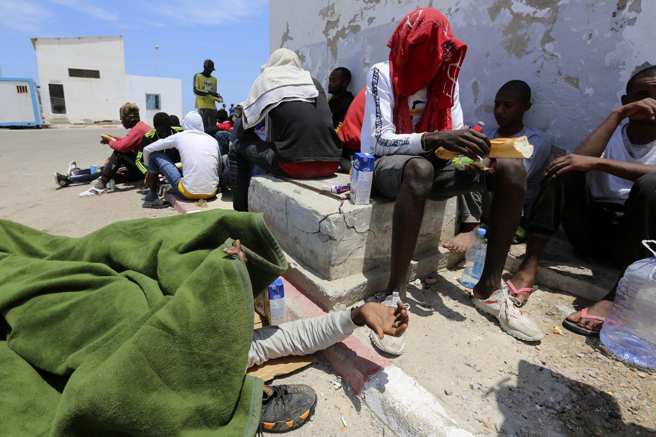 Des migrants attendent à Ben Gardane