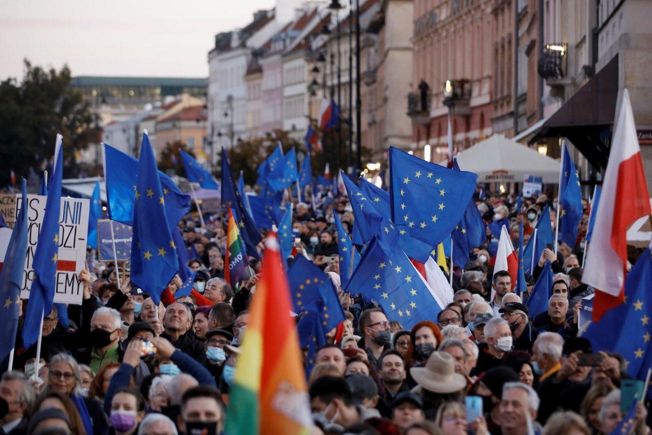 Des dizaines de milliers de Polonais ont manifesté dimanche pour rester dans l'UE. [Kacper Pempel - Reuters]